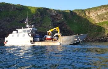 Barge et pelleteuse